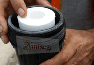 Colocando nuevo filtro dentro de portafiltro para tanque de agua, saniseg
