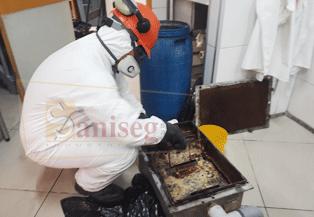 lavado succion limpieza de trampas de grasa debajo de lavadero de cocina
