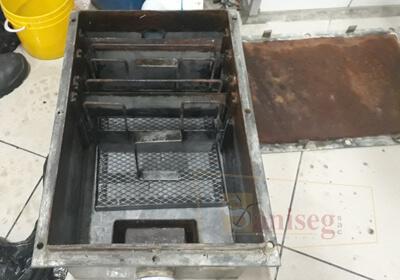 Caja iinterceptora de grasas limpia saniseg empresa de mantenimiento limpieza
