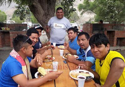 personal de saniseg compartiendo la mesa