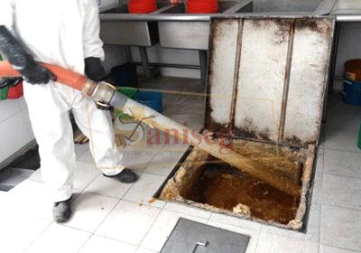 limpieza de trampa de grasa, Succionando la trampa de grasa de un restaurante saniseg